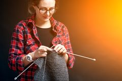 La giovane donna tricotta immagini stock libere da diritti