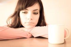 La giovane donna triste sta avendo brutto momento Fotografie Stock Libere da Diritti