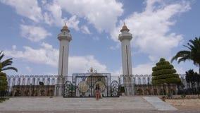 La giovane donna turistica che si siede sulle scale si avvicina al portone in mausoleo Habib Bourguiba in Tunisia stock footage