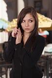 La giovane donna in un abbigliamento di affari la dispone consegna il suo telefono Fotografie Stock Libere da Diritti