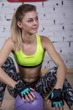 La giovane donna va dentro per gli sport alla palestra Fotografie Stock