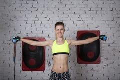 La giovane donna va dentro per gli sport alla palestra Immagine Stock Libera da Diritti