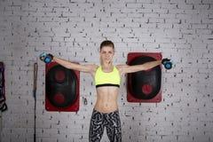 La giovane donna va dentro per gli sport alla palestra Fotografia Stock Libera da Diritti