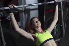La giovane donna va dentro per gli sport alla palestra Fotografie Stock Libere da Diritti
