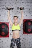 La giovane donna va dentro per gli sport alla palestra Fotografia Stock
