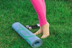 La giovane donna va dentro per gli sport Gambe femminili che giocano gli sport in natura con le teste di legno fotografie stock