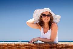 La giovane donna in vacanza Fotografie Stock