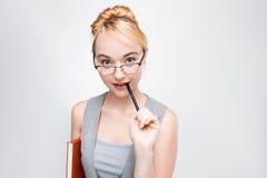 La giovane donna in vetri ottiene la nuova idea brainstorm immagine stock