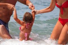 La giovane famiglia bagna in mare. Fotografie Stock Libere da Diritti