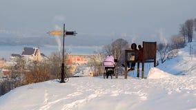 La giovane famiglia felice con un bambino cammina nella città Bella immagine di inverno landscape archivi video