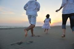 La giovane famiglia felice ha divertimento sulla spiaggia Fotografia Stock