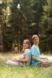 La giovane famiglia gode della natura Fotografia Stock