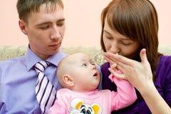 La giovane famiglia, marito è gelosa della moglie fotografie stock