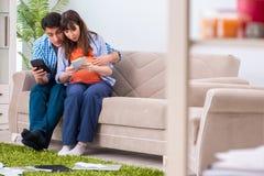 La giovane famiglia nel concetto di pianificazione del bilancio Immagini Stock