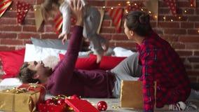 La giovane famiglia si congratula gleefully sposa il Natale stock footage