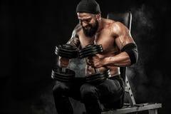 La giovane forma fisica muscolare mette in mostra l'allenamento dell'uomo con il bilanciere nella palestra di forma fisica Fotografia Stock Libera da Diritti