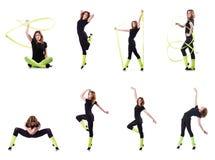 La giovane ginnasta che si esercita sul bianco Fotografia Stock Libera da Diritti