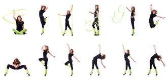 La giovane ginnasta che si esercita sul bianco Immagini Stock