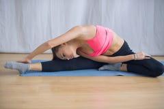La giovane ginnasta esegue un riscaldamento prima dell'esercizio Fotografie Stock