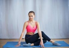 La giovane ginnasta esegue un riscaldamento prima dell'esercizio Fotografie Stock Libere da Diritti