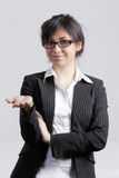 La giovane holding del brunette distribuisce Immagine Stock Libera da Diritti