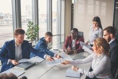 La giovane impresa, giovani creativi raggruppa la sala riunioni entrante immagine stock