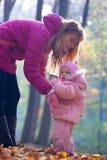 La giovane madre cattura la cura di piccolo Fotografia Stock Libera da Diritti