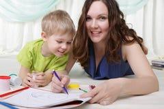 La giovane madre ed il suo figlio passano insieme il tempo Fotografia Stock