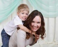La giovane madre ed il suo figlio passano insieme il tempo Fotografie Stock Libere da Diritti