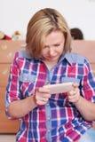 La giovane madre ha ottenuto il cattivo messaggio Immagini Stock Libere da Diritti