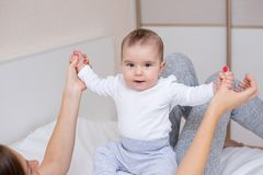 La giovane madre sta giocando con il suo bambino felice fotografie stock