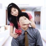 La giovane moglie fa una sorpresa al marito Fotografie Stock Libere da Diritti