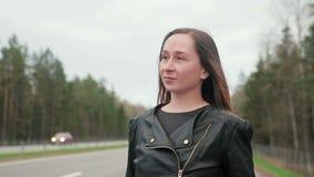 La giovane, prostituta graziosa della strada va lungo la strada video d archivio