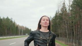 La giovane, prostituta graziosa della strada va lungo la strada archivi video