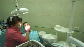 La giovane ragazza adorabile tratta i suoi denti video d archivio
