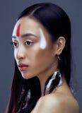 La giovane ragazza asiatica di bellezza con compone come Pocahontas, il modo rosso della donna degli indiani, fine su bellezza Immagini Stock Libere da Diritti
