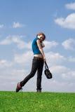 La giovane ragazza attraente con un sacchetto Immagine Stock