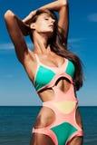 La giovane ragazza attraente gode del giorno di estate alla spiaggia Fotografia Stock