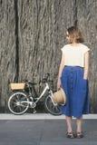 La giovane ragazza bionda sexy sta stando vicino alla bicicletta Fotografie Stock Libere da Diritti
