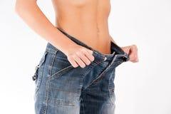 La giovane ragazza in buona salute mostra il suo corpo perfetto immagini stock libere da diritti