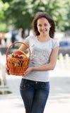 La giovane ragazza caucasica con il cestino Fotografie Stock Libere da Diritti