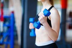 La giovane ragazza degli atleti fa gli esercizi alla palestra Concetto di sport Immagini Stock