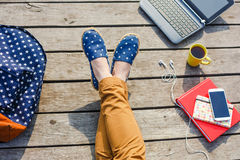 La giovane ragazza dei pantaloni a vita bassa ha una rottura mentre studia all'aperto Fotografia Stock Libera da Diritti