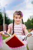 La giovane ragazza del banco guida la sua bicicletta dentellare Immagini Stock Libere da Diritti