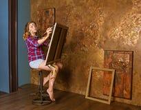 La giovane ragazza dell'adolescente sta dipingendo nello studio di arte fotografia stock libera da diritti