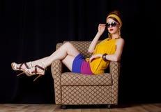 La giovane ragazza della testarossa in 70s copre lo stile Fotografia Stock