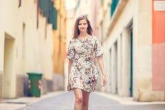 La giovane ragazza di bellezza salta Fotografia Stock