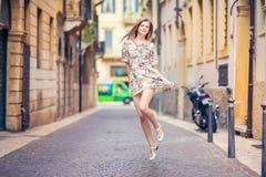 La giovane ragazza di bellezza salta Fotografie Stock