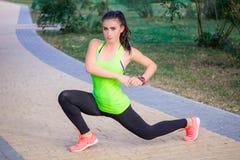 La giovane ragazza di forma fisica dà una stoccata gli esercizi durante l'allenamento di addestramento Fotografia Stock