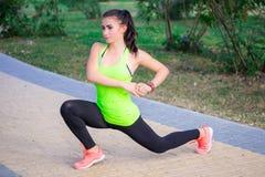 La giovane ragazza di forma fisica fa affondo durante l'allenamento di addestramento Immagini Stock